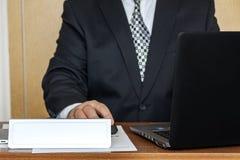disposition L'homme à la table avec un connecter la table photo libre de droits
