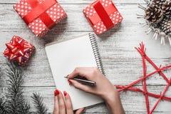 Disposition moderne et complexe de cadeau sur le fond blanc pour Noël avec la feuille blanche pour le message Photo libre de droits