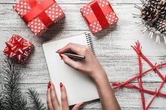 Disposition moderne et complexe de cadeau sur le fond blanc pour Noël avec la table des messages blanche Image stock