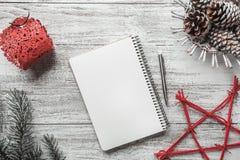 Disposition moderne simple de livre sur le fond blanc pour Noël Photo stock