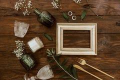 Disposition plate de mariage de configuration sur le fond en bois photographie stock libre de droits