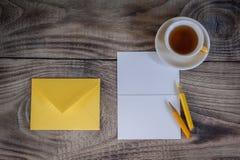 Disposition pour la carte postale ou l'invitation blanc Photographie stock