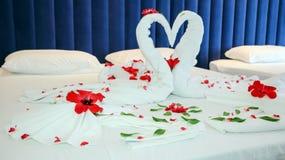 Disposition romantique de pétale de fleur sur un lit d'hôtel Photographie stock libre de droits