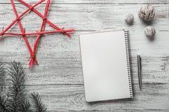 Disposition simple et moderne de livre sur le fond blanc pour Noël avec la table des messages blanche Photo libre de droits