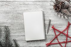 Disposition simple moderne de livre sur le fond blanc, pour Noël, avec la table des messages blanche Photographie stock