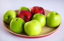 Disposition toujours de la vie des pommes sur un plateau en bois Photos stock