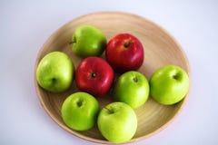 Disposition toujours de la vie des pommes sur un plateau en bois Image libre de droits