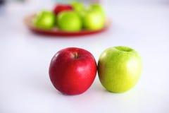 Disposition toujours de la vie des pommes sur un plateau en bois Photo stock