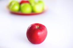 Disposition toujours de la vie des pommes sur un plateau en bois Images libres de droits
