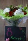 Disposition vernale colorée de bouquet de fleurs du jour de la femme de mars dans le vase - carte de voeux Images stock