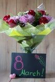 Disposition vernale colorée de bouquet de fleurs du jour de la femme de mars dans le vase - carte de voeux Images libres de droits