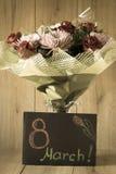 Disposition vernale colorée de bouquet de fleurs du jour de la femme de mars dans le vase - carte de voeux Photos stock