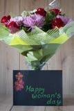 Disposition vernale colorée de bouquet de fleurs du jour de la femme de mars dans le vase - carte de voeux Image libre de droits