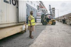Dispositions étant chargées sur le bateau, Bridgetown, Barbade Images stock