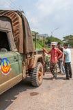 Dispositions et bagage de transport d'approvisionnement de portier de Khmer au vieux camion de collecte à la frontière de la Camb photographie stock