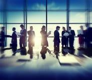 Dispositivi corporativi di Digital della gente di affari che incontrano concetto Immagini Stock