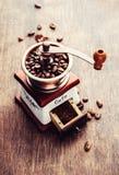 Dispositivi del caffè - grinde e fagioli immagini stock libere da diritti