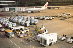 Dispositivi di carico dell'unità di carico dell'aria all'aeroporto internazionale di Narita Immagine Stock