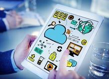 Dispositivi di Cloud Computing Digital dell'uomo d'affari che funzionano concetto Immagini Stock