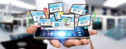 Dispositivi di collegamento di tecnologia dell'uomo d'affari Fotografie Stock Libere da Diritti