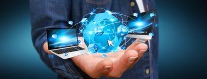 Dispositivi di collegamento di tecnologia dell'uomo d'affari Fotografia Stock Libera da Diritti