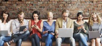 Dispositivi di Digital del collegamento della gente di diversità che passano in rassegna concetto immagini stock libere da diritti