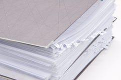 Dispositivi di piegatura di archivio con i documenti Immagine Stock