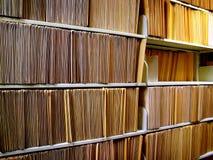 Dispositivi di piegatura di archivio sulla mensola Immagine Stock Libera da Diritti