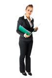 Dispositivi di piegatura seri della holding della donna con i documenti Fotografie Stock