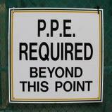 Dispositivi di protezione individuale (PPE) richiesti oltre questo segno del punto immagine stock