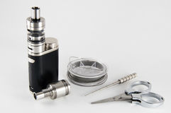 Dispositivi di Vaping con Rebuildable che gocciola gli strumenti dell'atomizzatore di Vaping Fotografia Stock Libera da Diritti