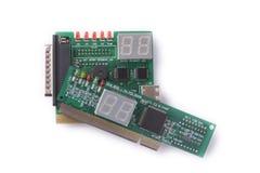 Dispositivi differenti per le prove delle schede madri su un fondo bianco, sistemi diagnostici del PC Fotografia Stock