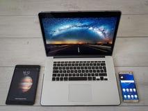 Dispositivi moderni, smartphone, iPad, computer portatile, fondo grigio Immagini Stock