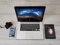Dispositivi moderni, smartphone, iPad, computer portatile, macchina fotografica mirrorless sulla tavola Fotografie Stock Libere da Diritti
