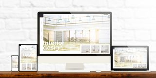 dispositivi rispondenti di interior design sul desktop di legno fotografia stock libera da diritti