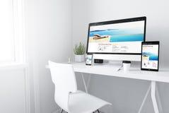 dispositivi sulla località di soggiorno dell'area di lavoro e sul sito Web minimi bianchi della stazione termale illustrazione di stock