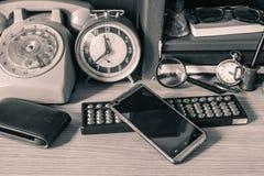 Dispositivi sullo scrittorio fotografia stock libera da diritti