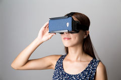 Dispositivo asiatico comunque VR della donna di esperienza immagine stock
