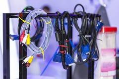Dispositivo audio e video e o outro cair elétrico do conector dos fios no trilho fotografia de stock