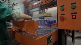 Dispositivo automático da embalagem na planta de leiteria no trabalho vídeos de arquivo
