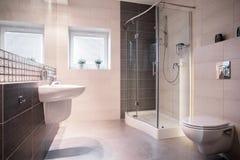 Dispositivo bonde contínuo no banheiro espaçoso Fotografia de Stock