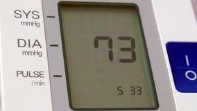 Dispositivo che mostra sul risultato dell'esposizione di misurazione della pressione sanguigna stock footage