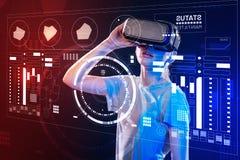 Dispositivo conmovedor de la realidad virtual de la muchacha lista mientras que lo usa Foto de archivo libre de regalías