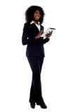 Dispositivo de almofada africano do toque do funcionamento da mulher Fotografia de Stock Royalty Free