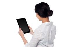 Dispositivo de almohadilla táctil de funcionamiento de la mujer de negocios Fotos de archivo