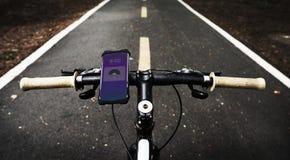 Dispositivo de aplicação da música em apertos de um punho da bicicleta fotos de stock