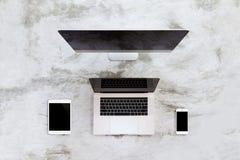 Dispositivo de comunicación moderno en la visión superior imagen de archivo