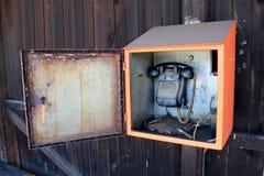 Dispositivo de comunicación retro antiguo del teléfono usado para la comunicación del ferrocarril con el mecanismo de la manivela imagenes de archivo