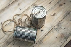 Dispositivo de comunicación simple hecho de viejo Tin Can imágenes de archivo libres de regalías