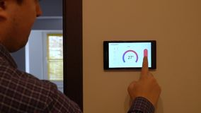 Dispositivo de control casero elegante del clima en una pared